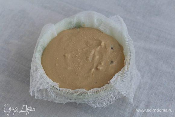 Залейте изюм горячей водой и оставьте на 10-15 минут, затем добавьте к творожной массе. В любую емкость выстелите марлей в несколько слоев. Выложите в марлю творожную массу.