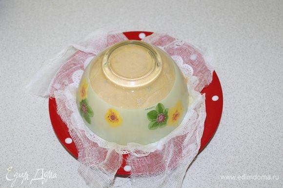 Заверните марлю, сверху положите тарелку, а на нее поставьте груз. Поставьте в прохладное место на сутки. Разверните марлю и переверните пасху на блюдо.