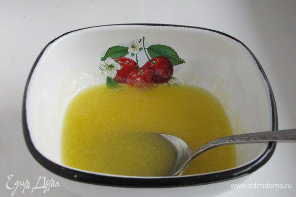Для начинки растопить сливочное масло, добавить мед и перемешать.