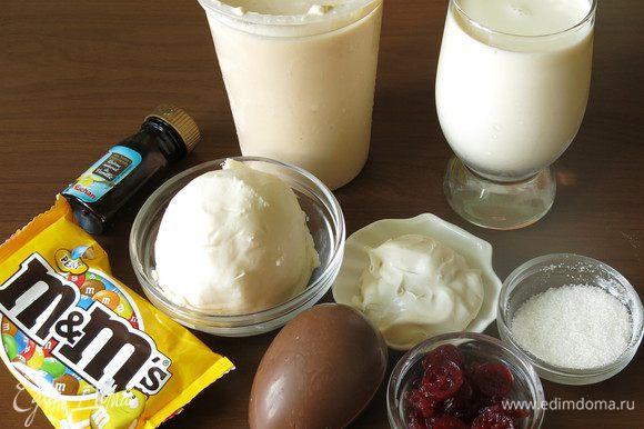Ряженка, сметана, масло, сахар, ягоды, ваниль, шоколадные конфеты — это киндер, конфеты M&M. Замачиваем клюкву (у меня сухая половинками, размороженной дать оттаять) Соединяем молоко и ряженку. Ставим на слабый огонь.