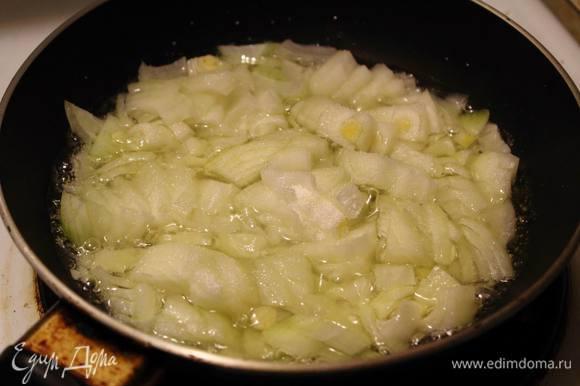 Лук мелко нарезать, половину его обжарить с сахаром, половину оставить сырым.