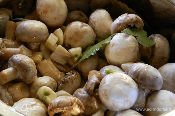 Вылить маринад на грибы и поставить на огонь. Не пугайтесь, что маринада будет мало, грибы дадут сок!