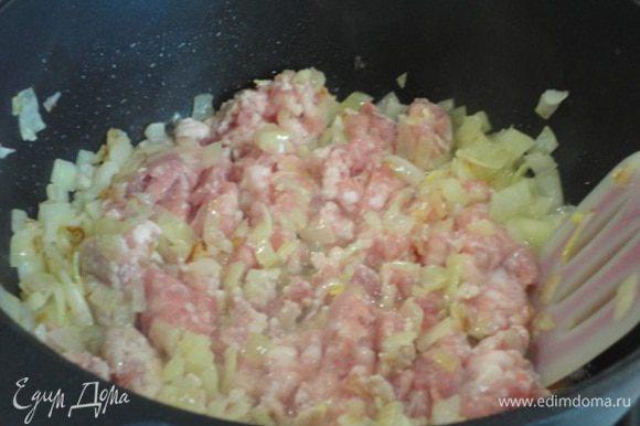 К луку добавьте фарш (у меня свиной), посолите, поперчите, добавьте любимые пряности. Перемешайте, слегка потушите, чтобы мясо только побелело.