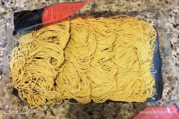 Сварить китайскую лапшу как указано на упаковке.