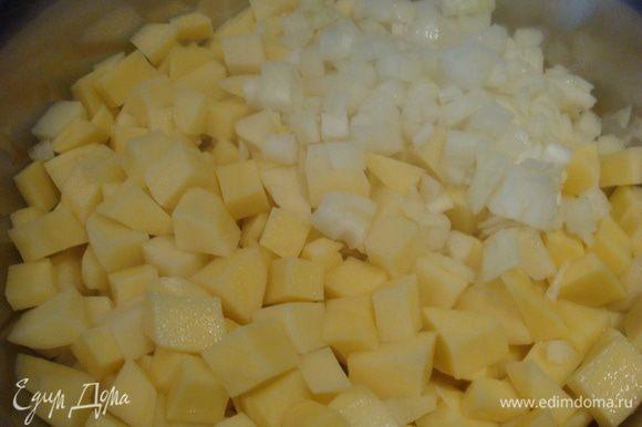 Картофель почистить, нарезать на мелкие кусочки. Лук почистить, нарезать мелко.