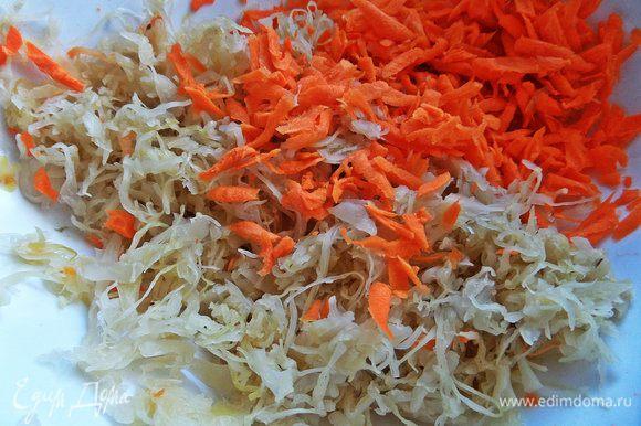Квашеную или маринованную капусту отжимаем от рассола, соединяем с морковкой.