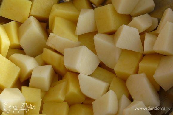 Нарезаем картофель мелкими кубиками и варим 5 минут в подсоленной воде.
