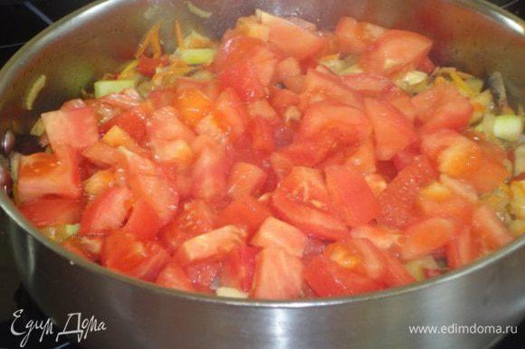 Добавить помидоры и держать на огне еще 7 минут, периодически помешивая. Рагу посолить, поперчить. Я не удержалась и добавила смесь прованских трав. Вы можете добавить свои любимые пряности.
