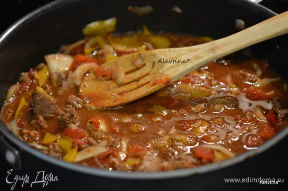 Добавим банку томатов 400 г, нарезанные кубиками, рутбир/корневое пиво, специи, томатную пасту, острый соус чипотли или тот что у вас есть, кумин и бульонный кубик. Довести до кипения. Убавить огонь, закрыть крышкой и готовить 30 мин.