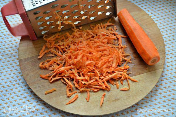 Морковь почистите и натрите на крупной терке.