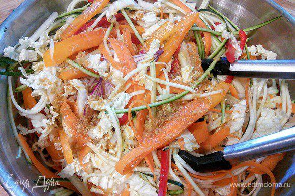 Соединить овощи с заправкой, перемешать и опять отправить в холодильник мариноваться на 15 — 20 мин.