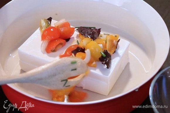 В форму для запекания положить сыр, сверху выложить овощи, вяленые томаты, оливки.
