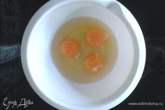Взбить венчиком яйца со сметаной и солью, залить этой смесью овощи. Сверху присыпать натертым на мелкой терке сыром, мелко порезанным сервелатом, измельченным чесноком и сушеным базиликом.
