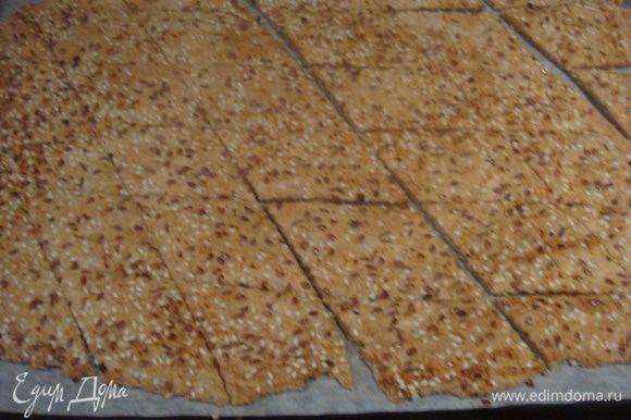 Выпекаем печенье в заранее разогретой духовке до 180°С 15-20 минут.