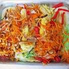 Спассеровать лук, морковь, чеснок. В форму выложить капустные четвертинки, сверху распределить пассерованные овощи и болгарский перец.