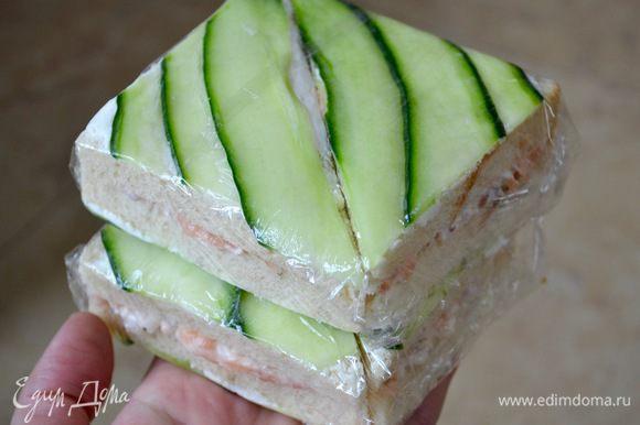 Завернуть в пищевую пленку и убрать в холодильник. Перед подачей разрезать каждый сэндвич по диагонали и подавать!