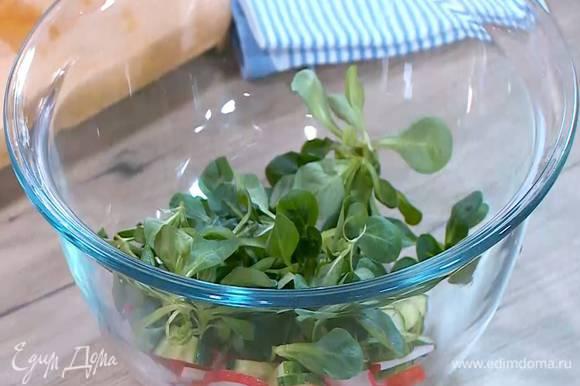 Соединить огурцы с редисом и листьями салата, сбрызнуть половиной лимонного сока и перемешать.