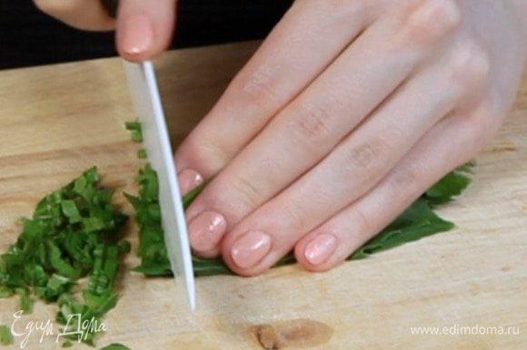 Нарезать базилик и петрушку.