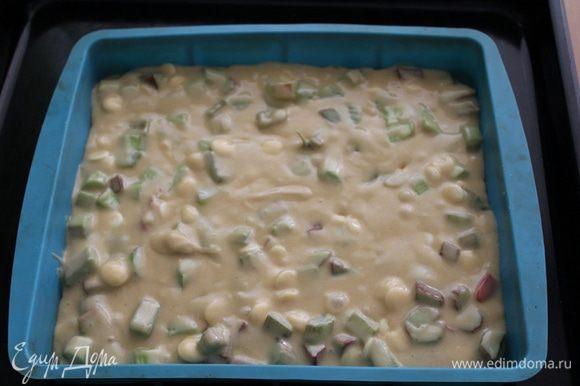 Выложите тесто в квадратную форму размером 25х25 см и запекайте в духовке при 200°С примерно 25 минут.