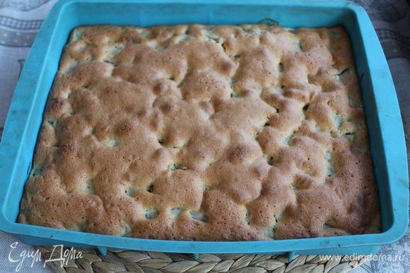 Дайте пирогу остыть и нарежьте его на квадратики.