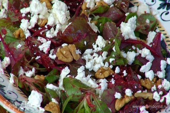 Посыпать салат зернистым творогом и сбрызнуть оливковым маслом.