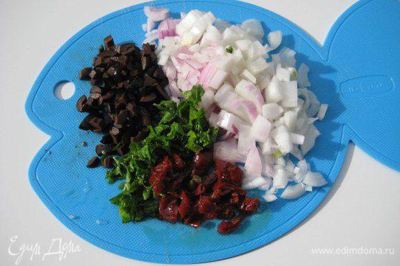 Лук (я брала молодой лук), маслины, вяленые помидоры, петрушку мелко порезать.