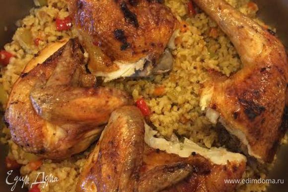 Готовую курицу нарезать, добавить к булгуру с овощами, накрыть крышкой и снять с огня.
