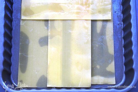 Можно, конечно, приготовить самостоятельно тесто для лазаньи, но в дачном варианте гораздо удобнее будет взять уже готовые листы. Листы лазаньи предварительно отварить в соответствии с инструкцией на упаковке (если это указано). У меня на упаковке было написано, что листы не требуют варки, поэтому я их и не варила. Включить духовку на 190°C. Взять прямоугольную или квадратную форму (у меня квадратная, 22х22х8см, с антипригарным покрытием), немного смазать сливочным маслом и начать сборку нашей лазаньи. На один слой я брала 4 листа.