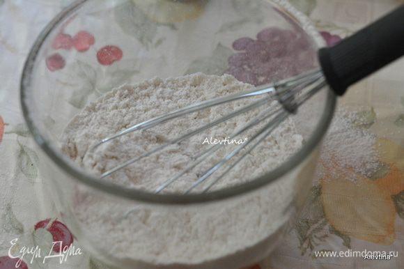 Муку просеять, соду, соль. Отдельно смешать сахар, корицу и молотый имбирь. Отставить в сторону.