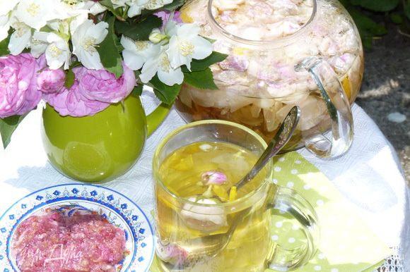 Настаивать 5 минут. Чай готов! Зовем всех к столу и наслаждаемся ароматом и нежным вкусом!!