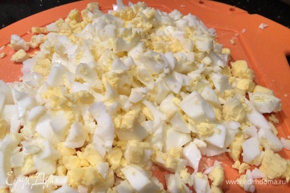 Тем временем и яйца уже сварились, опустите яйца в холодную воду, почистите, и мелко нарежьте, смешайте с капустой и зеленью, посолите по-вкусу.