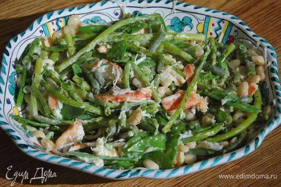 Мяту мелко порубить и посыпать салат.
