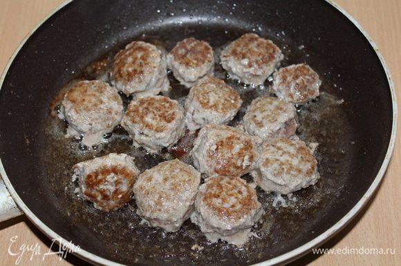 Сформировать из фарша маленькие шарики 2-3 см в диаметре, быстро обжарить их на сковороде до румяной корочки 10 минут. Отложить в тарелку.