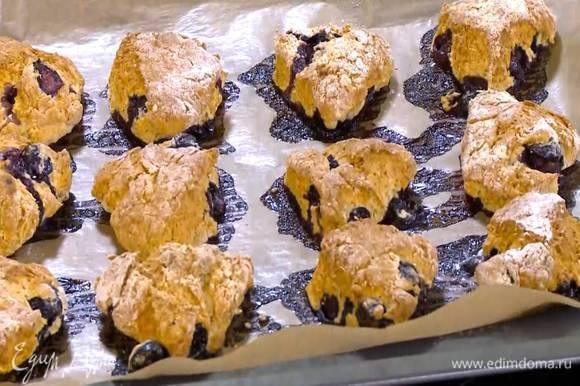 Выпекать булочки в разогретой духовке 15‒25 минут.