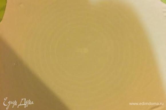Тесто нужно раскатать очень тонко, так чтобы сквозь него мы видели наш коврик. Смазываем тесто 1 ч. л. растопленного сливочного масла.