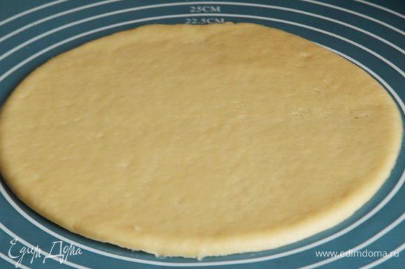 каждую часть раскатываем в круг диаметром 20 см.