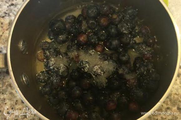 Для сиропа: в миске смешать чернику, воду, сахар и лимонный сок. Помешивая довести до кипения.