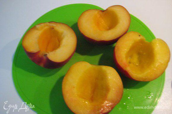 Сладкие, вкусные персики (или нектарины), разрезать на четвертинки, вынуть косточку.