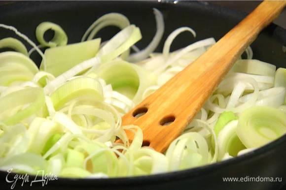 Растопить в сковороде 100 г сливочного масла и обжарить лук и чеснок до прозрачности.