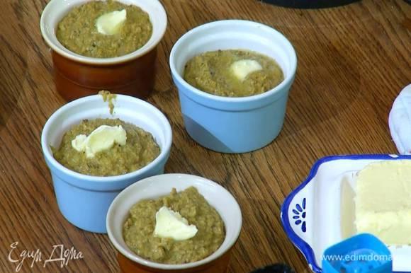 Разложить паштет в небольшие керамические формы, сверху поместить по 1/2 ч. ложки предварительно размягченного сливочного масла и дать ему полностью растаять.