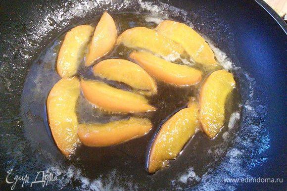 Для украшения я карамелизировала абрикос в сливочном масле и меде.