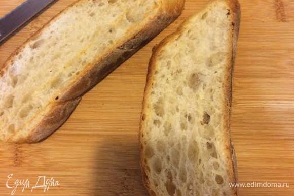 Горячий хлеб натереть чесноком.