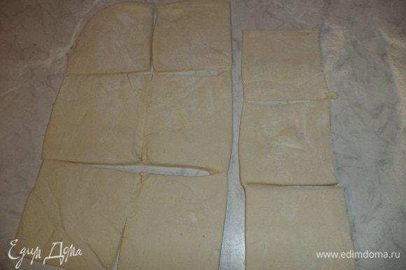 Слоеное тесто разморозить, раскатать в пласт толщиной 2 мм. Разрезать тесто на квадраты размером 10*10 см.