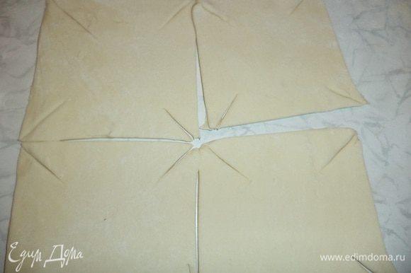 На каждом квадратике острым ножом сделать надрезы от уголков к центру.