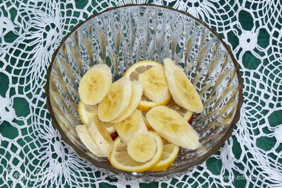 Нарезать бананы и сложить к фруктам.