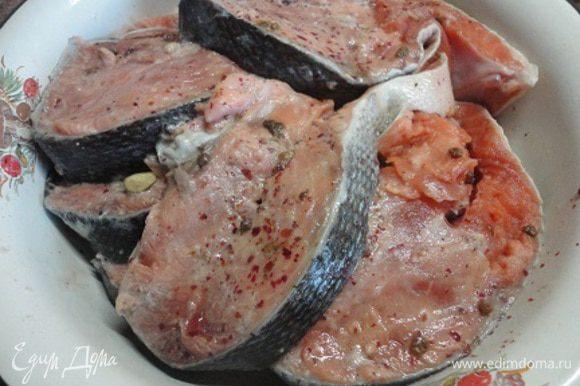 Филе рыбки натереть с обеих сторон солью и красным перцем, сбрызнуть соком половины лимона, оставить мариноваться или стразу выложить в форму для запекания с достаточно высокими краями.