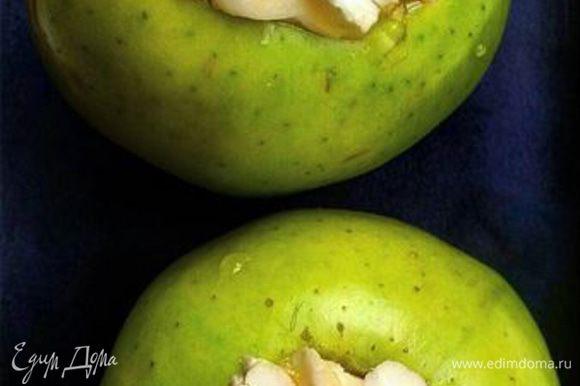 Нафаршировать яблоки нарезанным на кусочки бри. По желанию можно добавить мед и дробленые орехи (у меня кешью).