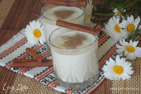 Разлить смузи в стаканы и слегка присыпать корицей. Десерт особенно хорош в жаркую погоду. Приятного аппетита!