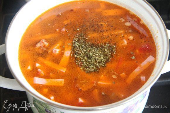 Добавить специи по вкусу (мне нравится сухая уляпская аджика, в составе которой: укроп, петрушка, кориандр, перец черный, перец красный, перец белый, перец зеленый, чеснок, хмели-сунели, соль адыгейская, паприка хлопьями — очень ароматная смесь!). В свою солянку я добавила 1 ч. л. без горки этой смеси + щепотку черного молотого перца + 1 ч. л. без горки соли крупного помола).