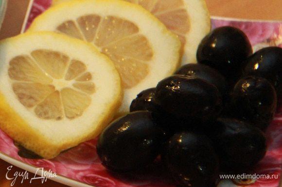 В готовую солянку добавить по вкусу маслины и ломтики лимона (лимон лучше добавлять в порционную тарелку).
